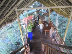Dentro de una cabaña