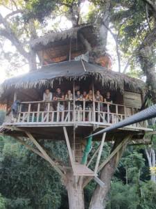 El grupo en una cabaña