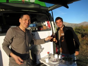Brindando por nuestro viaje con cerveza local