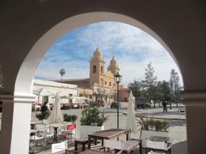 Vistas de la plaza y la catedral de Cafayate