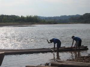 Montando la balsa para el rafting