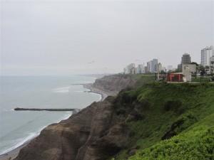 En la costa, con parapentes (que no gaviotas) al fondo