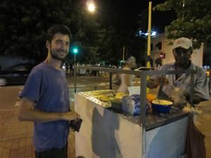 """Comprando un poco de """"fritanga"""" colombiana"""