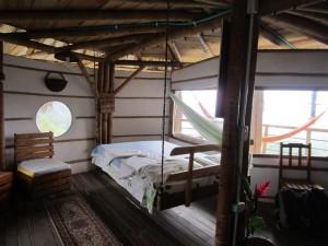 Habitación en el Rancho de la Luna, con la cama colgante