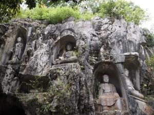 Budas tallados en la piedra en Lingyin