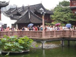 Las multitudes también presentes en los jardines.