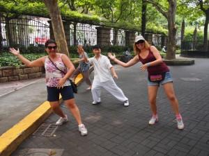 Practicando el Tai-Chi en un parque.